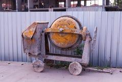 Malaxeur de vieux ciment orange Photographie stock libre de droits