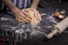 Malaxez la pâte avec des mains photographie stock libre de droits
