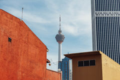 Malay башни Куалаа-Лумпур: Menara Kuala Lumpu сокращенное как башня KL башня связей расположенная в Куалае-Лумпур Стоковое Фото