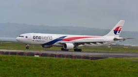 Malaysia Airlines Airbus A330 roulant au sol pour le départ à l'aéroport international d'Auckland Photo stock