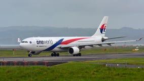Malaysia Airlines Airbus A330 roulant au sol pour le départ à l'aéroport international d'Auckland Images libres de droits