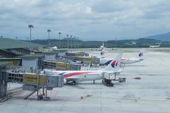 Malaysia Airlines-Flugzeuge bereiten vor sich, damit Passagiere besteigen lizenzfreie stockfotografie