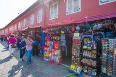 Malaysia - 10 Februari 2017:: souvenir shoppar in omkring av holländare Arkivbild