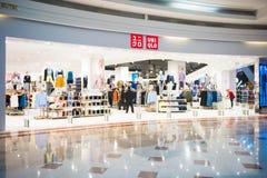Malaysia - 13 Februari 2017:: Uniqlo kläder shoppar på avdelningen Royaltyfri Bild