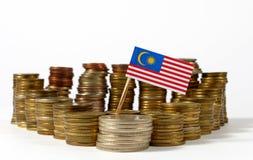 Malaysia flagga med bunten av pengarmynt Arkivfoton