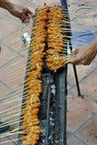 Malaysia-Huhn Satay, das auf einem heißen Holzkohlen-Grill kocht stockbild