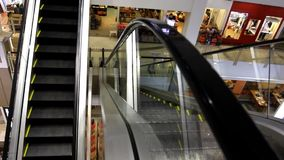malaysia 31 juillet 2014 Escalator de boutique dans les achats banque de vidéos