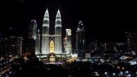 Malaysia, Kuala Lumpur die Draufsicht über die Nachtstadt und den Park stock video footage
