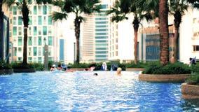 Malaysia, Kuala Lumpur, am 7. Juli 2018 Swimmingpool auf dem Dachgeschoss des Hotels mit Stadtansichten Langsame Bewegung 3840x21 stock video
