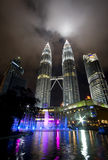 malaysia night petonas towers twin view royaltyfria bilder