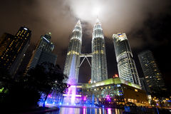 malaysia noc Petronas góruje bliźniaczego widok obrazy royalty free