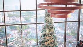 Malaysia Penang, 23 december 2015 Ett dekorerat christamsträd med gåvor sitter under i ett affärscentrum arkivfilmer