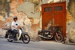MALAYSIA PENANG, GEORGETOWN - CIRCA JULI 2014: Man på en verklig kvickhet Arkivfoton