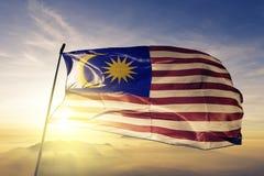 Malaysia-Staatsflaggetextilstoffgewebe, das auf die Oberseite wellenartig bewegt stock abbildung