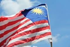 Malaysische Flagge in der windigen Luft Stockfotos