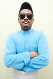 Malaysischer Mann, der malaysisches Trachtenkleid trägt Lizenzfreies Stockbild