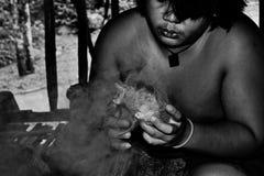 Malaysischer Stammesangehöriger, der Feuer macht Stockfoto