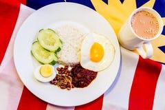 Malaysisches Frühstück - Nasi Lemak und der Tarik auf Malaysia-Flagge Lizenzfreies Stockfoto