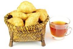 Malaysisches Karipap Pusing gedient mit Tee stockbild