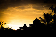 Malaysisches Moscheenschattenbild bei Sonnenuntergang stockfotografie