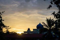 Malaysisches Moscheenschattenbild bei Sonnenuntergang lizenzfreies stockfoto