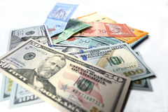 Malaysisches Ringgit und Dollar Vereinigter Staaten auf einem weißen Hintergrund Lizenzfreie Stockfotos