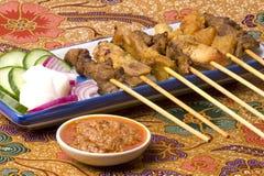 Malaysisches Satay auf Batik Stockfotos