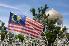 Malaysisk flagga framme av moskén royaltyfri bild