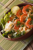 Malaysisk laksasoppa med räkor stänger sig upp i en bunke vertikalt arkivfoto