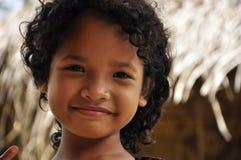 Malaysiskt infött le för flicka som är fridfullt Arkivfoto