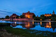 Malbork Castle κατά την άποψη ποταμών βραδιού της Πολωνίας στοκ εικόνες