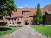 malbork för slott för grupptegelstenbyggnad störst mitt emot flodsikt Royaltyfria Bilder