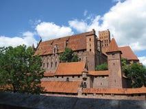 malbork för slott för grupptegelstenbyggnad störst mitt emot flodsikt Arkivbilder