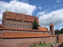 malbork för slott för grupptegelstenbyggnad störst mitt emot flodsikt Royaltyfri Foto
