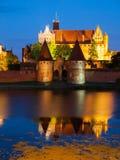 Malbork-Schloss bis zum Nacht Lizenzfreie Stockfotos