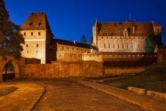 Malbork-Schloss nachts in Polen Lizenzfreies Stockfoto