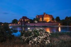 Malbork-Schloss nachts in Polen Lizenzfreie Stockbilder