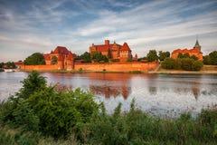 Malbork slott i Polen på solnedgången Royaltyfri Foto