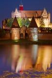 Malbork slott på natten Arkivbilder