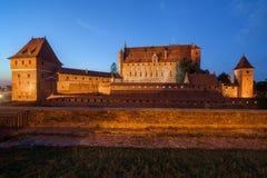 Malbork slott på natten i Polen Royaltyfri Foto