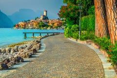 Malcesine cityscape med promeande och sjön Garda, Veneto region, Italien royaltyfria bilder