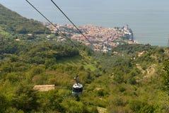 Malcesine dalla cima di Monte Baldo sopra il castello di Malcesine sulla polizia Italia del lago Immagine Stock Libera da Diritti