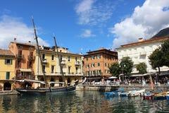 Шлюпки в гавани на Malcesine на озере Garda, Италии стоковая фотография