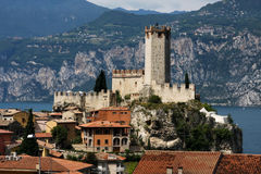 MALCESINE, ITALIE - 8 JUILLET 2010 : Retranchez-vous dans Malcesine sur le policier de lac, entouré par les Alpes Image stock