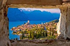 Malcesine und Vogelperspektive Lago di Garda durch Steinfenster lizenzfreies stockbild