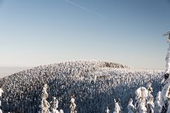 Malchorheuvel in de bergen van de wintermoravskoslezske Beskydy in Tsjechische republiek royalty-vrije stock foto
