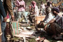 Malda il Bengala Occidentale l'India maggio 2018 - vista del mercato ittico nella via di un villaggio fotografia stock