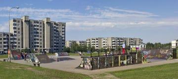 Malde kommunala sportar för skateboard- och cykelbarn Arkivfoton