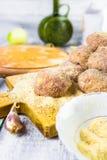 Malde nötkött rullande brödsmulor för Closeupköttbollar Royaltyfria Bilder