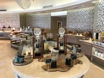 Maldivas - café da manhã luxuoso com peixes, ovos, café, queijos, pão e carne Imagem de Stock Royalty Free